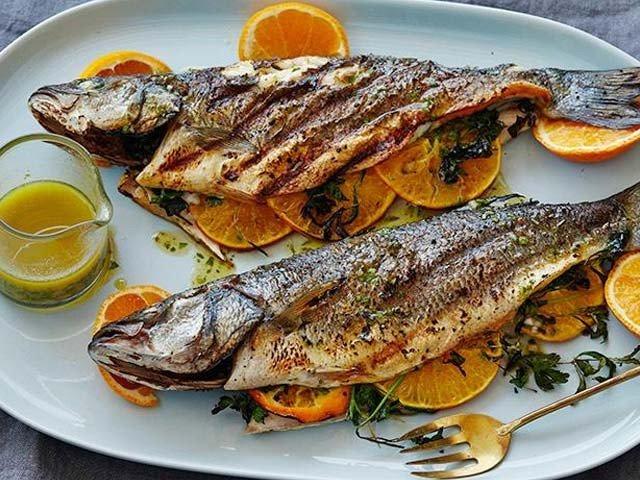 مچھلی کھانے سے دل کے امراض کی شرح میں 10 فیصد کمی ہوتی ہے۔ (فوٹو: فائل)