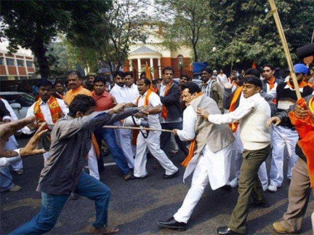 بھارت میں مشتعل ہجوم کے ہاتھوں بے گناہ شہریوں کے قتل کے واقعات میں اضافہ ہوا ہے۔ فوٹو : فائل
