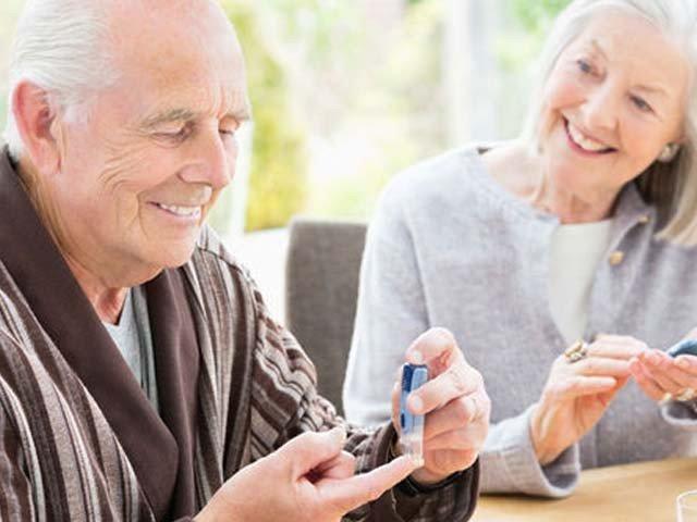 ذیابیطس میں مبتلا جوڑے ایک سا طرز زندگی اپنانے کے باعث زیادہ بہتر طور پر شوگر کنٹرول کر پاتے ہیں (فوٹو: فائل)