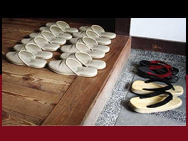 جاپانی اپنے جوتے گھر کے اندرونی حصے سے باہر ہی رکھتے ہیں فوٹو : فائل