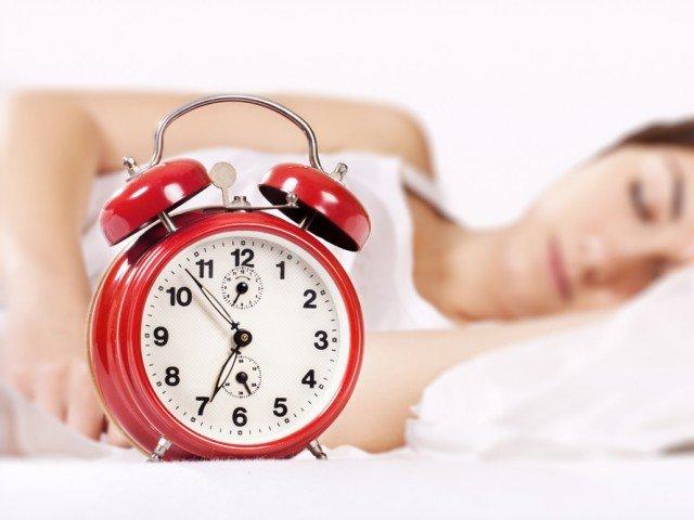رات کو سونے اور جاگنے میں بے قاعدگی کئی امراض کی وجہ بن سکتی ہے (فوٹو: فائل)