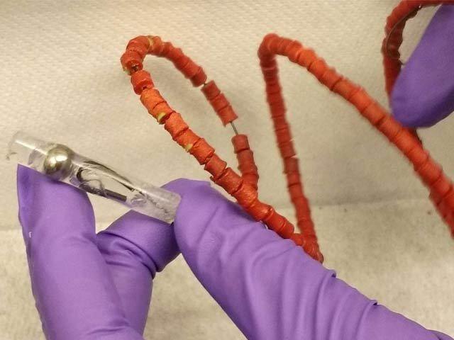 ٹی بی کی دوا خارج کرنے والی ادویاتی کوائل جو کئی ہفتوں تک مطلوبہ دوا جسم میں داخل کرتی رہتی ہے (فوٹو: نیو سائنٹسٹ)
